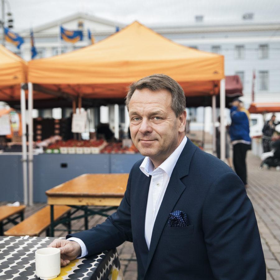 Pormestari Jan Vapaavuori Kauppatorilla. Kuva Jussi Hellsten / Helsinki Marketing Oy.